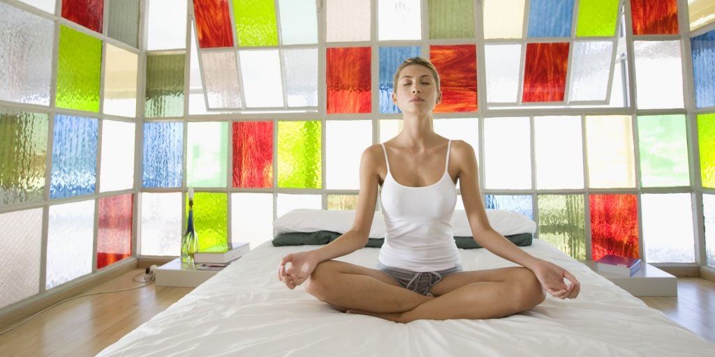 Topp fem yoga asanas å gjøre i Bed