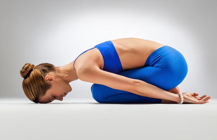 Asana di base yoga che vi aiuta a superare costipazione u yogaorama