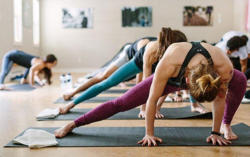 Переваги гарячої йоги: підкріплені наукою факти та поради щодо безпеки